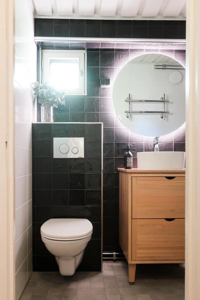 Sisustussuunnittelu kylpyhuone musta laatta