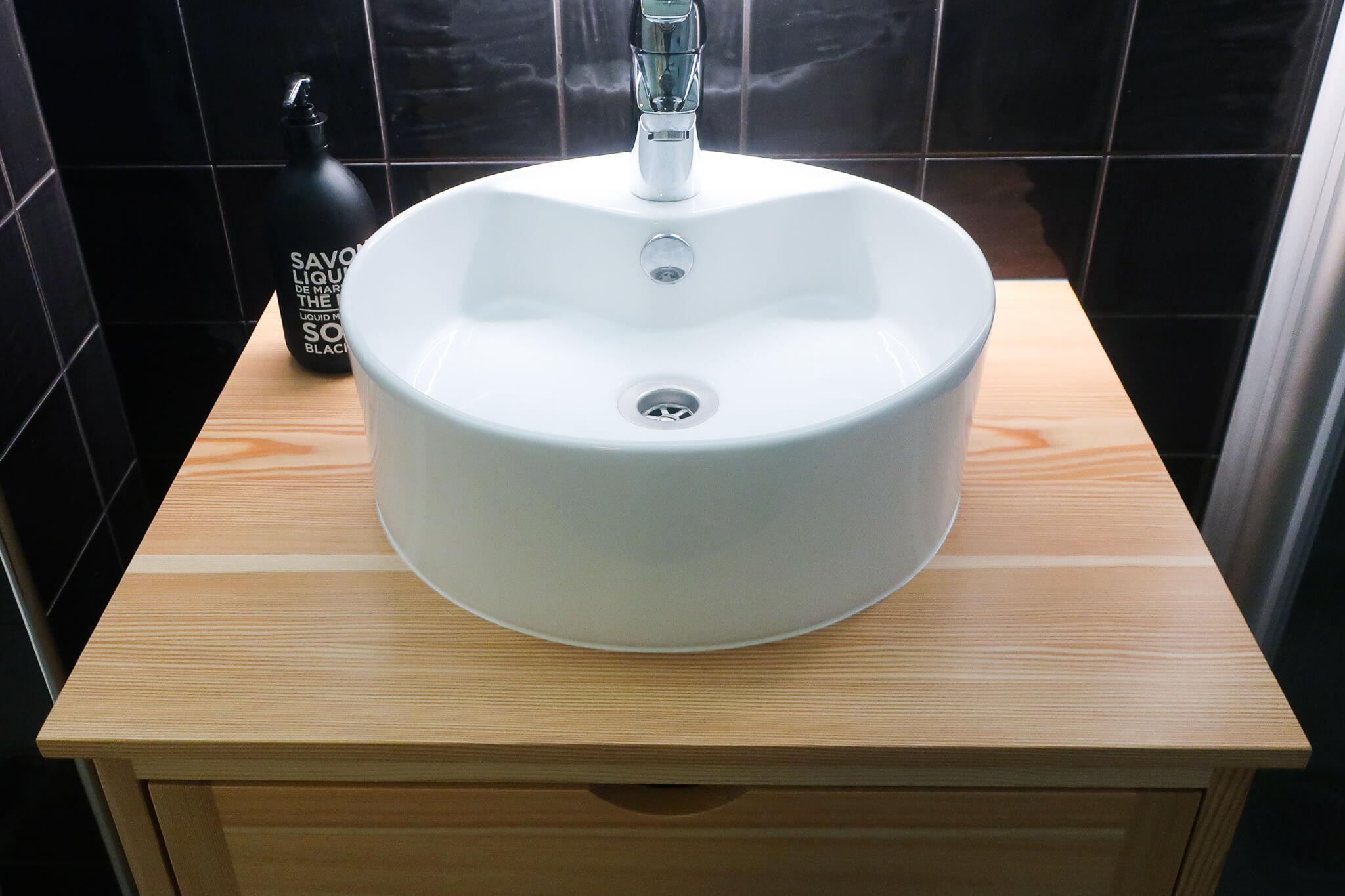 Sisustussuunnittelu kylpyhuone puinen allaskaappi